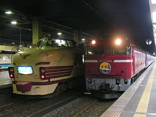 右:特急「北陸」左:急行「能登」(金沢駅にて)