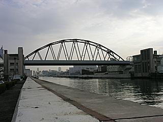 阪神安治川橋梁、両岸には安治川トンネルエレベータ塔