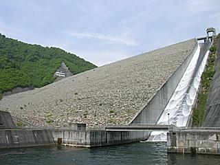 奈良俣ダム 自然越流放流中