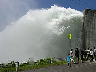 矢木沢ダム洪水吐 放流中