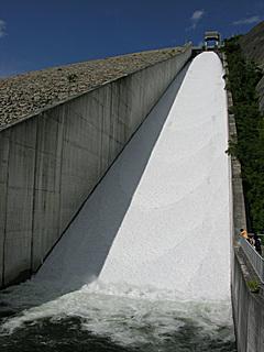 奈良俣ダム洪水吐 放流中