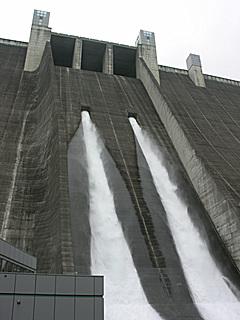 宮ヶ瀬ダム 観光放流中