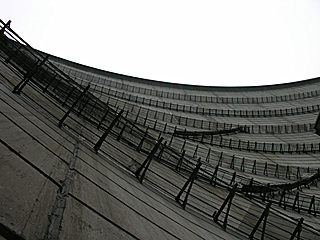 下から見上げる奈川渡ダム