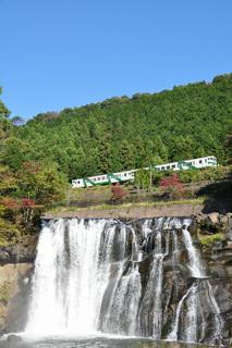 龍門の滝と列車(滝〜烏山間)