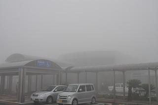 霧で見えない種子島空港ターミナルビル